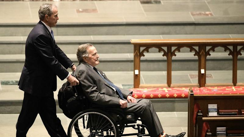 George H.W. Bush (r) und sein Sohn George W. Bush beim Gedenkgottesdienst für Barbara Bush in Houston. Foto: David J. Phillip/AP
