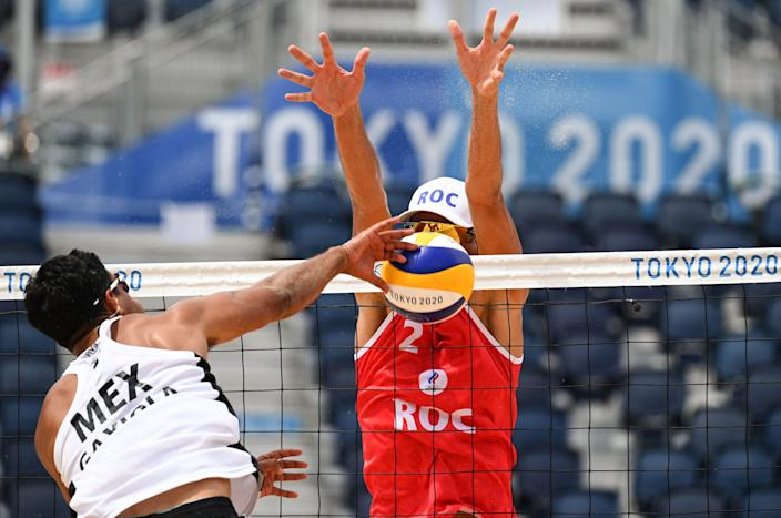 <p>Mexico's Josue Gaston Gaxiola Leyva attempts a shot past Russia's Oleg Stoyanovskiy in their men's preliminary beach volleyball pool B match between Russia and Mexico during the Tokyo 2020 Olympic Games at Shiokaze Park in Tokyo on July 26, 2021. (Photo by ANGELA WEISS / AFP)</p>