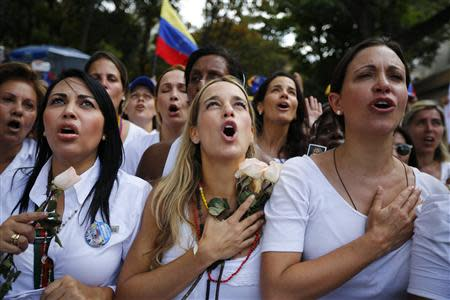 Opposition deputy Maria Corina Machado (R) and Lilian Tintori (C), wife of jailed opposition leader Leopoldo Lopez, take part in a women's rally against Nicolas Maduro's government in Caracas February 26, 2014. REUTERS/Jorge Silva