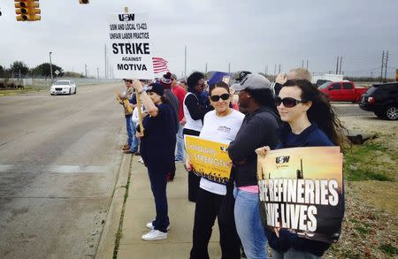 Workers and their supporters picket outside the Motiva Enterprises crude oil refinery after the United Steelworkers union called a walkout at the plant, the largest of its kind in the United States in Port Arthur, Texas February 21, 2015. REUTERS/Erwin Seba