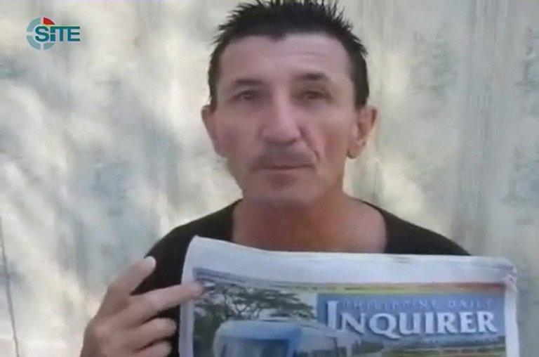 This still image from a video obtained by AFP on December 27, 2012, courtesy of the SITE Monitoring Service, shows Australian man Warren Rodwell at an unknown location in the Philippines. A new video of Rodwell, who was kidnapped over a year ago, has emerged, suggesting he is still alive