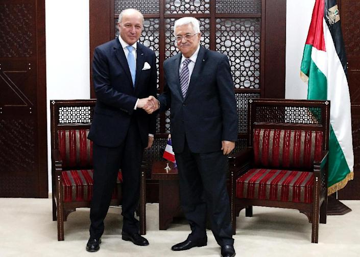 French Foreign Minister Laurent Fabius (L) shakes hands with Palestinian president Mahmud Abbas during their meeting in the West Bank city of Ramallah, on June 21, 2015 (AFP Photo/Thomas Coex)