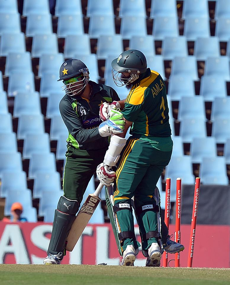 South Africa's batsman Hashim Amla, is run out for 41 runs  during  the final One-Day International (ODI ) match  between South Africa and Pakistan at SuperSport in Centurion on November 30, 2013.  AFP PHOTO / ALEXANDER JOE