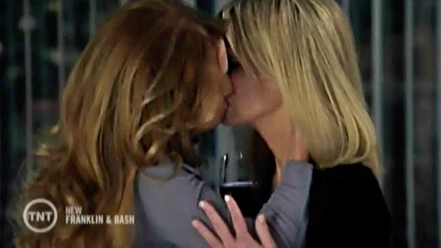 """Jane Seymour and Heather Locklear on the """"Franklin & Bash"""" episode, """"Good Lovin'."""""""