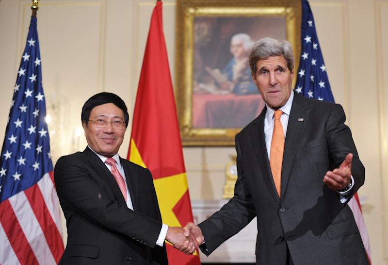 US Secretary of State John Kerry (R) shakes hands with Vietnamese Deputy Prime Minister and Foreign Minister Pham Binh Minh ahead of a working lunch on October 2, 2014 at the State Department in Washington, DC (AFP Photo/Mandel Ngan)