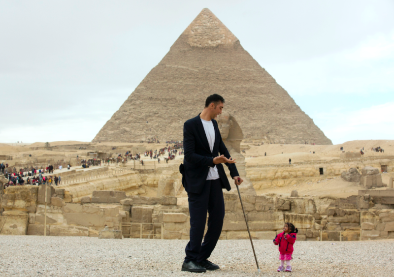 World's tallest man, shortest woman visit Egypt's pyramids