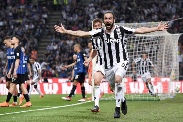 "Gonzalo Higuain celebrates his winning goal for Juventus at Inter <a class=""link rapid-noclick-resp"" href=""/soccer/teams/milan/"" data-ylk=""slk:Milan"">Milan</a>. (Getty)"