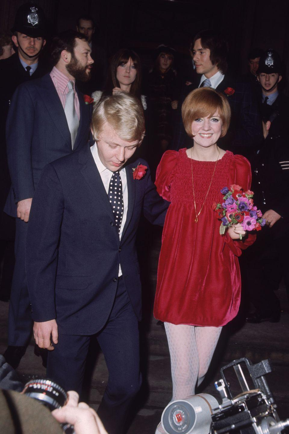<p>The English star sought out John Bates, a popular designer in the '60s, to design her short, red, velvet wedding dress to Bobby Willis. Even though it wasn't the expected, it was clearly good luck, because the two were married for more than 30 years until his death in 1999.</p>
