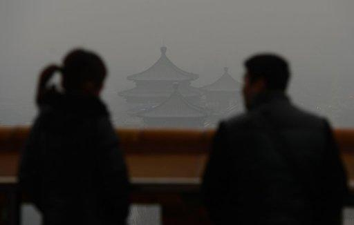 <p>People look at the view from the historic Jingshan Park as smog shrouds Beijing on January 31, 2013. The suffocating smog that blanketed swathes of China is now hitting parts of Japan, sparking warnings of health fears for the young and the sick.</p>