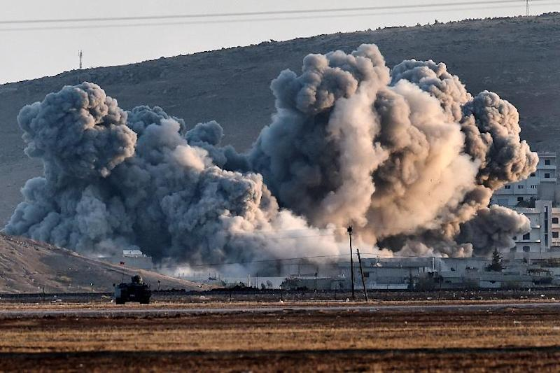 Smoke rises during airstrikes on the Syrian town of Ain al-Arab, known as Kobane by the Kurds, on October 8, 2014 (AFP Photo/Aris Messinis)