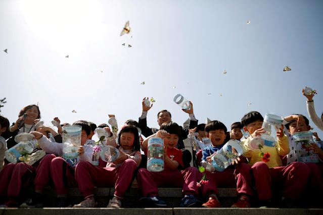 Children release butterflies during an event to wish for a successful inter-Korean summit, near the demilitarized zone separating the two Koreas in Paju, South Korea, April 25, 2018. REUTERS/Kim Hong-Ji TPX IMAGES OF THE DAY