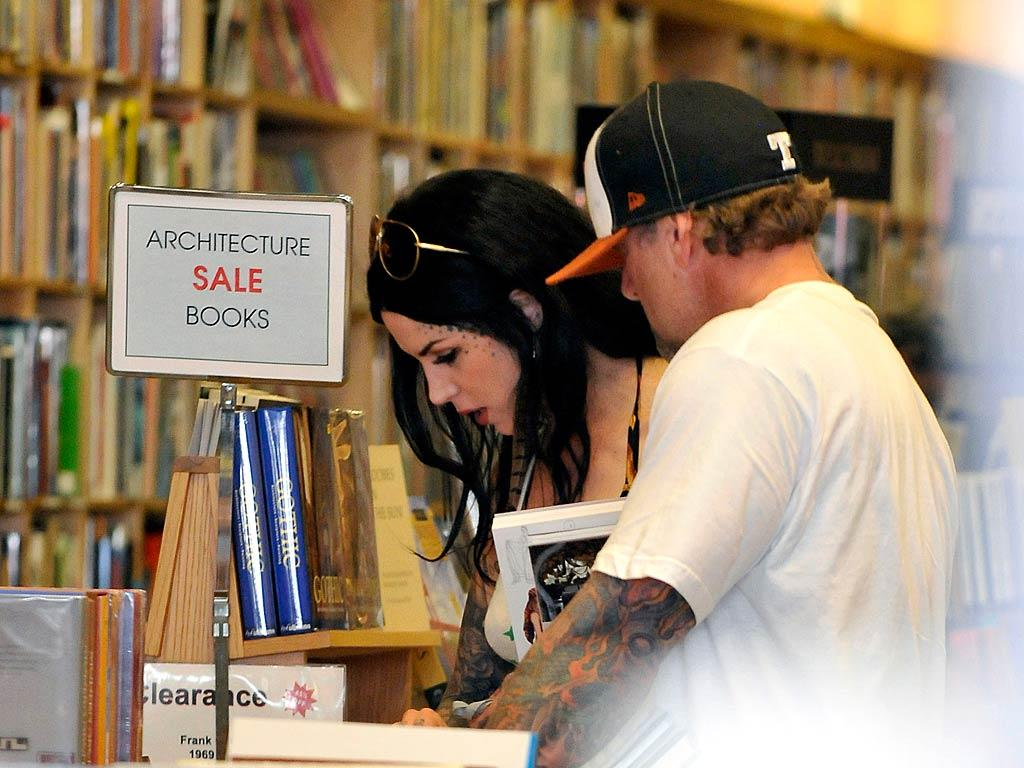 """The couple seemed to take a big interest in architecture books while browsing in the Hennessey + Ingalls bookstore. Maybe they were getting some ideas for their love nest. Fern/<a href=""""http://www.splashnewsonline.com"""" target=""""new"""">Splash News</a> - March 8, 2011"""