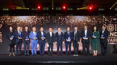 Dr. Wilfred Wong (sixth from right), president of Sands China Ltd., and Jaehong Choi (sixth from left), vice president of procurement and supply chain for Venetian Macau Limited, presented awards to the representatives of seven outstanding companies at the fifth Sands Supplier Excellence Awards Wednesday at The Venetian Macao.