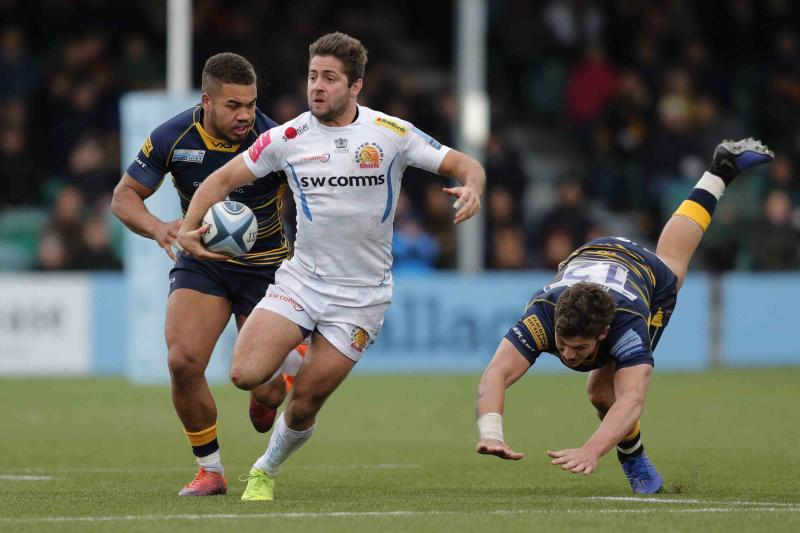 WORCESTER, ENGLAND - MARCH 09: Santiago Cordero of Exeter Chiefs breaks away from Ollie Lawrence (l) and Ryan Mills of Worcester Warriors during the Gallagher Premiership Rugby match between Worcester Warriors and Exeter Chiefs at Sixways Stadium on March 09, 2019 in Worcester, United Kingdom. (Photo by Malcolm Couzens/Getty Images)