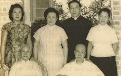 Teresa Hsu's family - mother father seated, with siblings (left to right) Lucy, Ursula, Anthony and Teresa. (Image from Heart to Heart with Teresa Hsu)