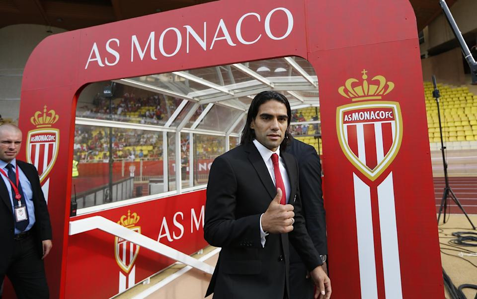Monaco's Colombian striker Radamel Falcao gives a thumbs up before his team's French L1 football match against Lille on August 30, 2014 at the Louis II stadium in Monaco (AFP Photo/Valery Hache)