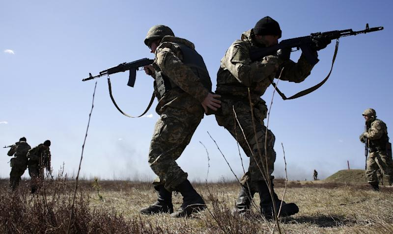 Ukrainian servicemen take part in a military drill in the Zhytomyr region, some 150 kms from Kiev, on April 9, 2015 (AFP Photo/Anatolii Stepanov)