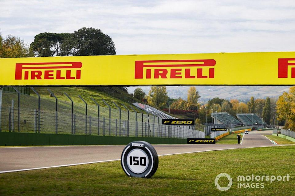 "Panneaux Pirelli<span class=""copyright"">Andy Hone / Motorsport Images</span>"