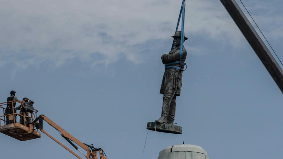 A Confederate monument is removed in Louisiana (Photo: Paavo Hanninen)