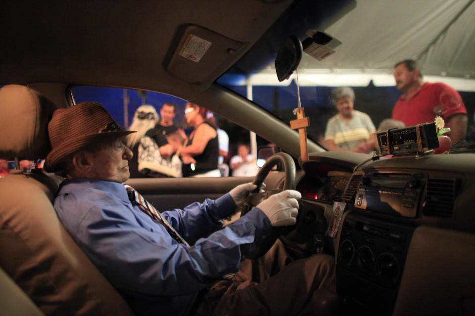 The body of Victor Perez Cardona, 73, was honored inside the taxi cab he used to drive. (Photo: Ricardo Arduengo/AP Photo)