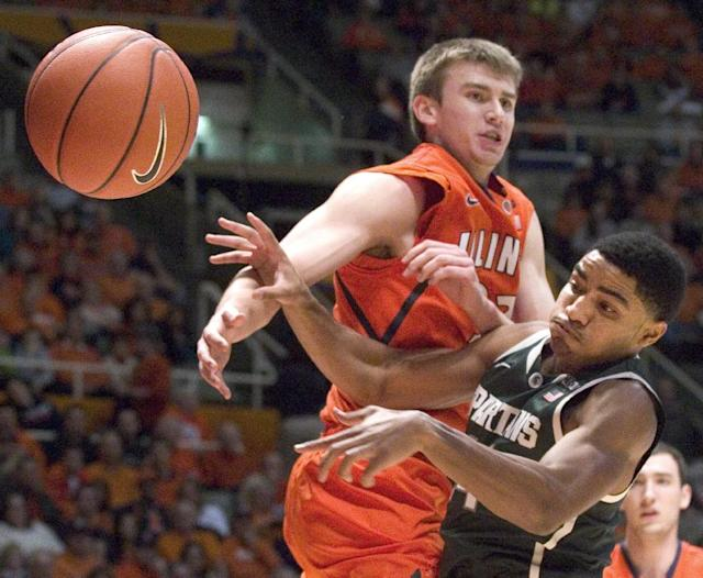 Illinois' Jon Ekey, left, and Michigan State's Gary Harris watch the ball during an NCAA college basketball game in Champaign, Ill., on Saturday, Jan. 18, 2014. (AP Photo/Robin Scholz)