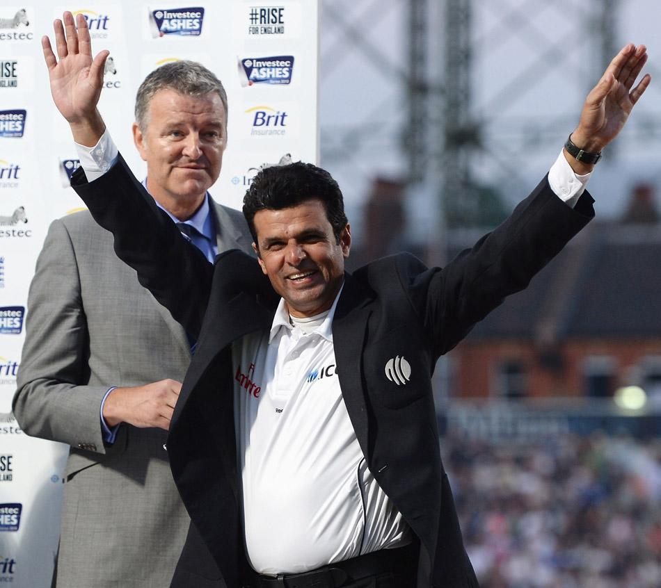 Umpire Aleem Dar smiles and waves as the crowd boos him during the presentation ceremony on Day 5 of the fifth Investec Ashes Test match between England and Australia at the Kia Oval on August 25, 2013 in London, England.  (Photo by Gareth Copley/Getty Images)