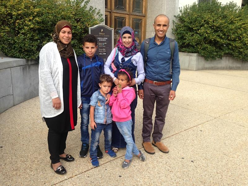 Palestinian Fatma Nawajaa (L), from the village of Susiya, with her son, nephew and another Palestinian family, stands outside the US Senate Dirksen office building in Washington on September 28, 2015 (AFP Photo/Ivan Couronne)