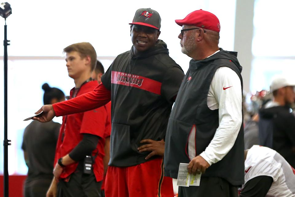 TAMPA, FL - JUL 26: Offensive Coordinator Byron Leftwich and Head Coach Bruce Arians have a word together during the Tampa Bay Buccaneers Training Camp on July 26, 2019 at One Buccaneer Place in Tampa, Florida. (Photo by Cliff Welch/Icon Sportswire via Getty Images)