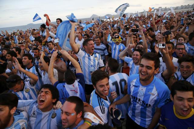 Argentina soccer fans react as they watch a broadcast of the 2014 World Cup semi-final between Argentina and the Netherlands at Copacabana beach in Rio de Janeiro, July 9, 2014. REUTERS/Jorge Silva (BRAZIL - Tags: SOCCER SPORT WORLD CUP)