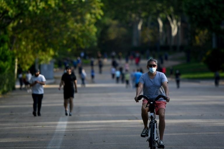 Hundreds of people packed parks in Madrid as Spain eased months-long lockdown measures (AFP Photo/Gabriel BOUYS)