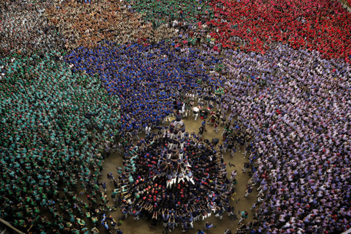 """<p>Members of """"Capgrossos de Mataro"""" try to complete their human tower during the 26th Human Tower Competition in Tarragona, Spain, Oct. 2, 2016. (AP Photo/Emilio Morenatti)</p>"""