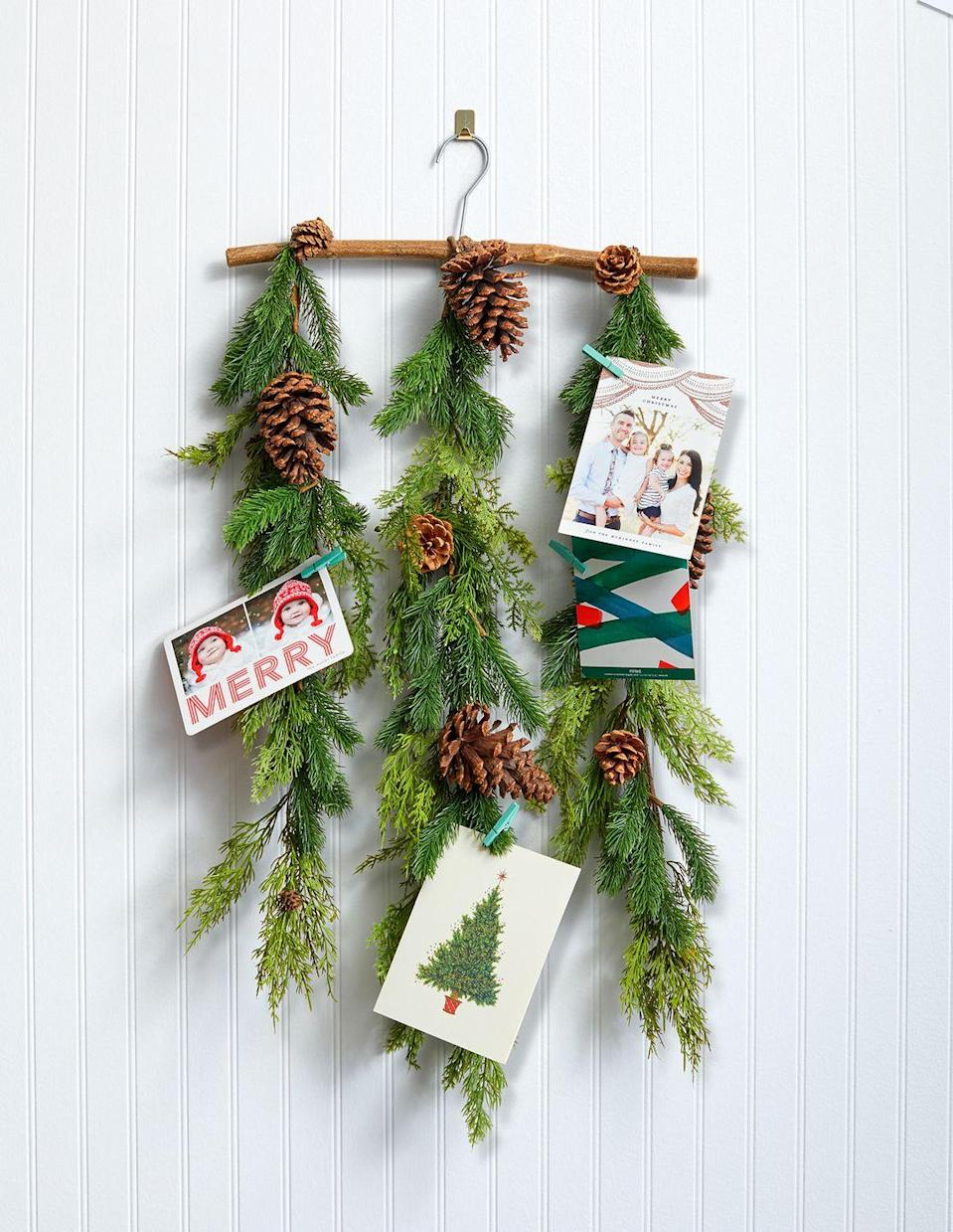 <p>Enhance garland with your favorite holiday cards and decorative acorns for a festive look. </p>
