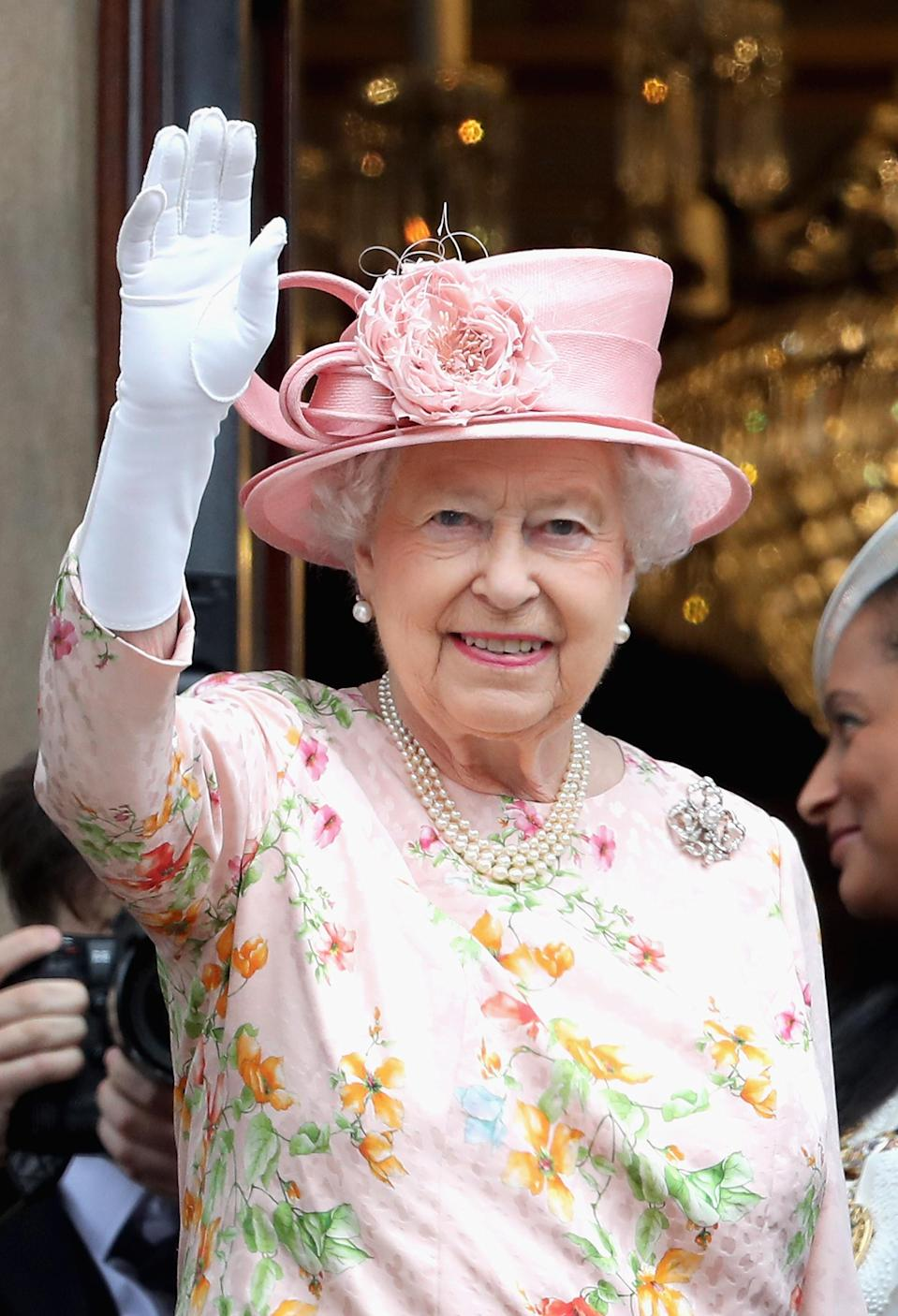The Queen has a fake hand she was gifted. [Photo: Getty Images]
