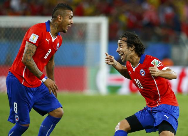 Chile's Jorge Valdivia (R) celebrates their second goal during their 2014 World Cup Group B soccer match against Australia at the Pantanal arena in Cuiaba June 13, 2014. REUTERS/Paul Hanna (BRAZIL - Tags: SPORT SOCCER WORLD CUP)