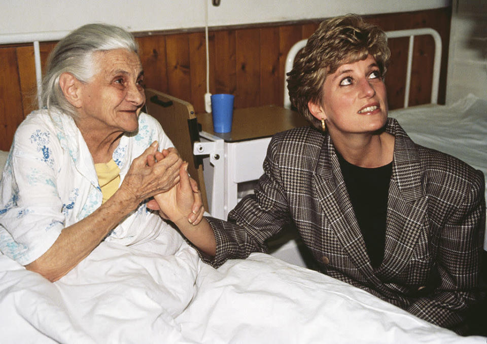 There's a reason why Princess Diana, seen here at the Nagyatad refugee camp during an official tour of Hungary on March 24, 1992, didn't wear gloves or hats. <em>(Photo by Tim Graham/Getty Images)</em>