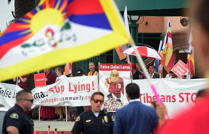 Police stand guard in front of the Honda Center where protesters and supporters of the Dalai Lama gather on July 5, 2015 in Anaheim, California (AFP Photo/Frederic J. Brown)