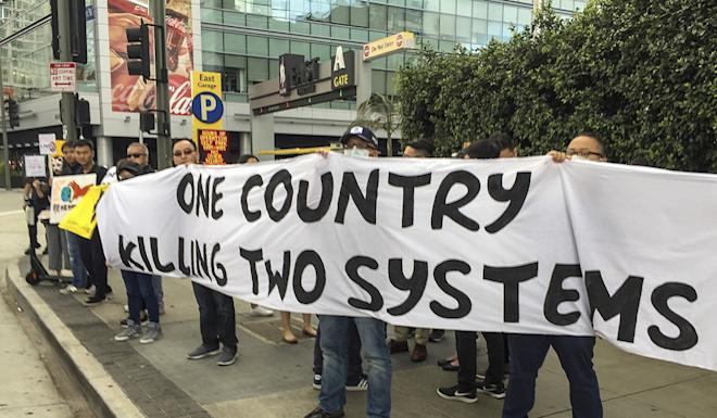 A group of Hong Kong emigrants protest outside the venue of a trade symposium in Los Angeles. Photo: Tony Cheung