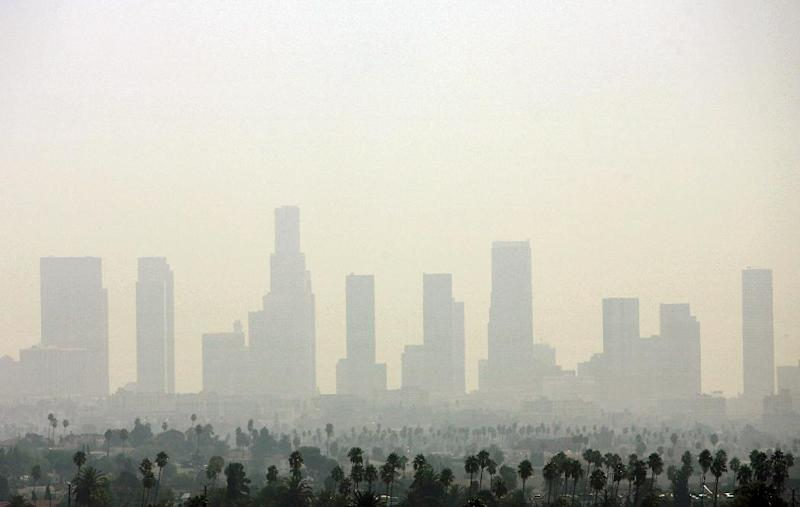 Air pollution over Downtown Los Angeles, California on September 20, 2006 (AFP Photo/Gabriel Bouys)