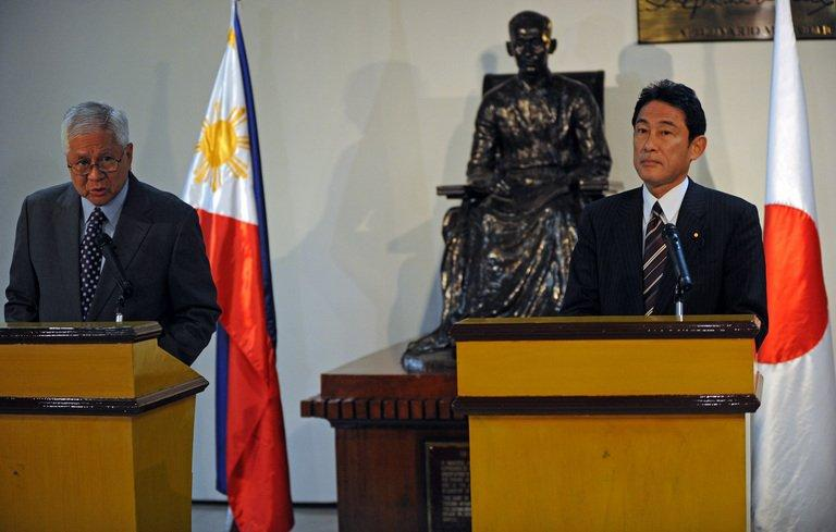 Philippine Foreign Affairs Secretary Albert del Rosario (L) and Japan's FM Fumio Kishida, pictured on January 10, 2013