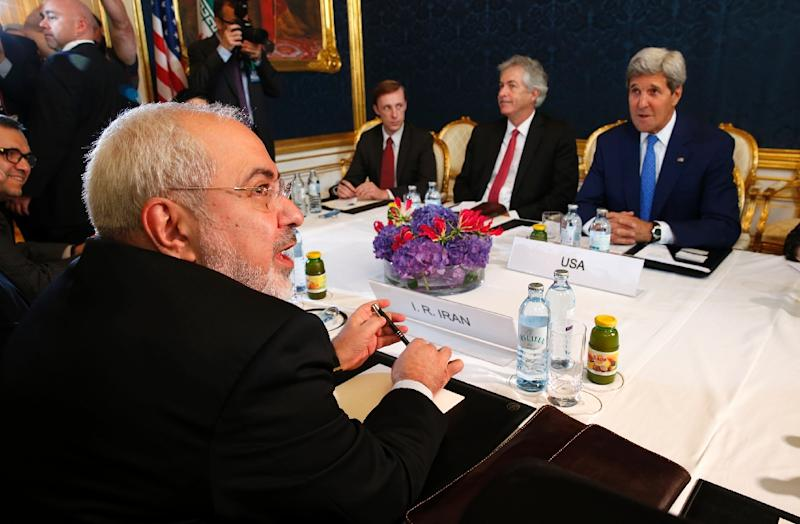Iran's Foreign Minister Javad Zarif (L) holds a bilateral meeting with US Secretary of State John Kerry (R) during talks over Tehran's nuclear program in Vienna, on July 14, 2014 (AFP Photo/Jim Bourg)
