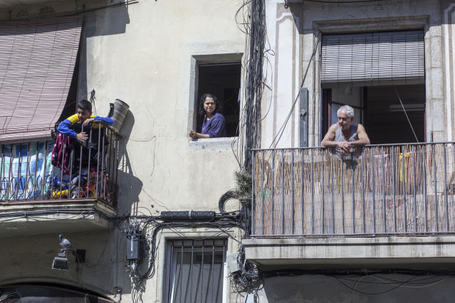 People on balconies in Barcelona on Thursday. (José Colon for Yahoo News)