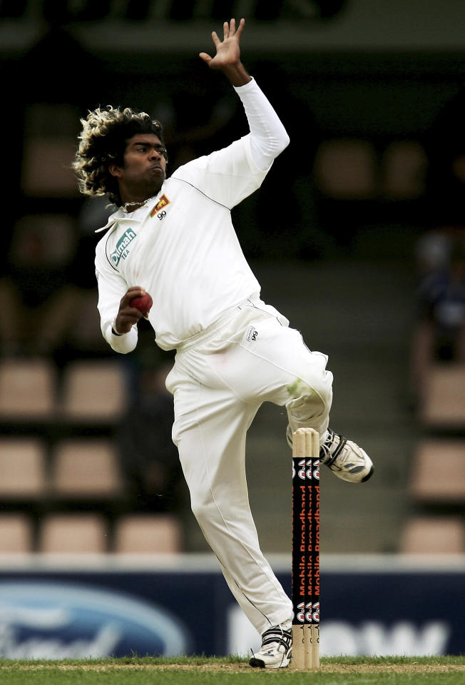 HOBART, AUSTRALIA - NOVEMBER 17:  Lasith Malinga of Sri Lanka bowls during day two of the Second test match between Australia and Sri Lanka at Bellrevie Oval November 17, 2007 in Hobart, Australia.  (Photo by Quinn Rooney/Getty Images)