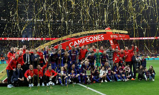 Soccer Football - Spanish King's Cup Final - FC Barcelona v Sevilla - Wanda Metropolitano, Madrid, Spain - April 21, 2018 Barcelona celebrate with the trophy after winning the final REUTERS/Susana Vera