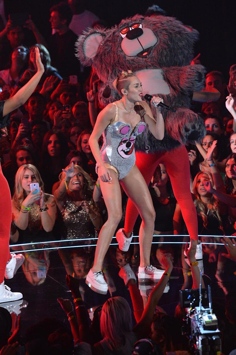 NOVA YORK, NY - 25 de AGOSTO: Miley Cyrus executa no palco durante o 2013 do MTV Video Music Awards, no Barclays Center, em 25 de agosto de 2013, no Brooklyn, bairro de Nova York. (Foto: Rick Diamante/Getty Images para a MTV)
