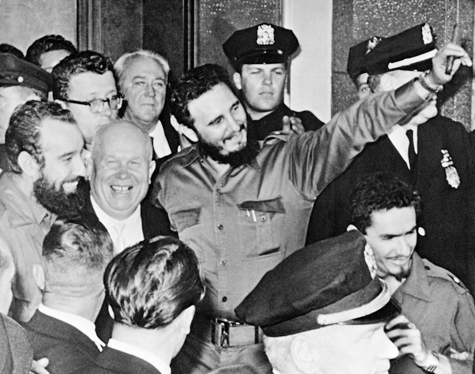 <p>Cuban leader Fidel Castro, to the Center to the right with a cigar, together with Soviet Prime Minister Nikita Jruschov, center left, outside of the Theresa Hotel in Harlem, New York, Sept.20, 1960. (Photo: AP) </p>
