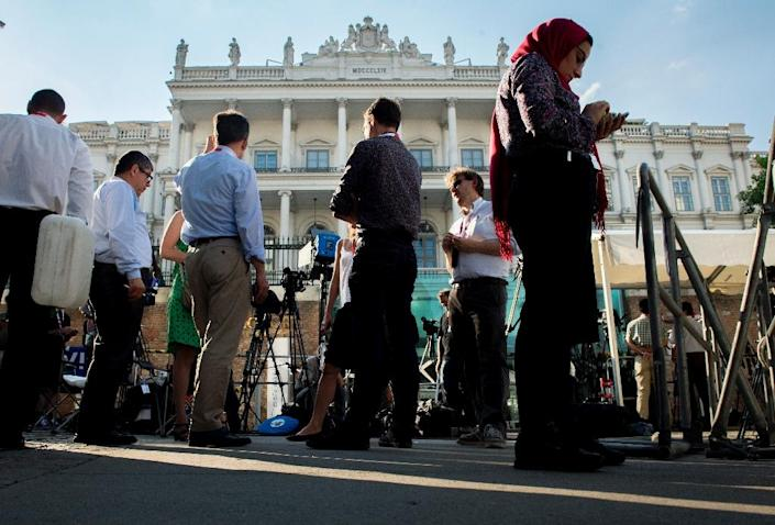 Journalists gather outside the Palais Coburg Hotel where the Iran nuclear talks are being held in Vienna, on July 2, 2015 (AFP Photo/Joe Klamar)