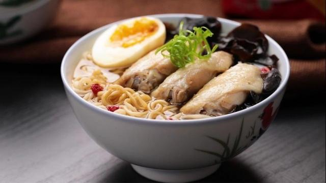 Instant noodles with chicken essence and chicken wings