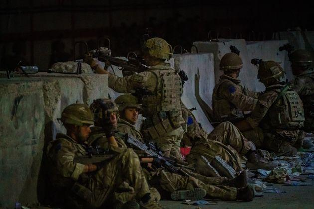 KABUL, AFGHANISTAN -- AUGUST 26, 2021: British soldiers secure the perimeter outside the Baron Hotel, near the Abbey Gate, in Kabul, Afghanistan, Thursday, Aug. 26, 2021. (MARCUS YAM / LOS ANGELES TIMES) (Photo: Marcus Yam via Los Angeles Times via Getty Imag)