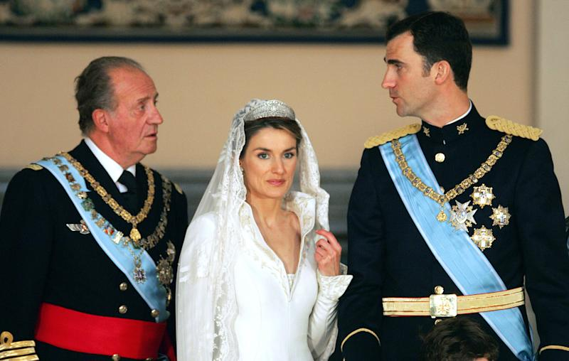 Spanish Crown Prince Felipe of Spain and his wife Princess of Asturias Letizia Ortiz pose with King Juan Carlos of Bourbon inside the Royal Palace in Madrid 22 May 2004. AFP PHOTO ODD ANDERSEN/POOL (Photo credit should read ODD ANDERSEN/AFP via Getty Images)