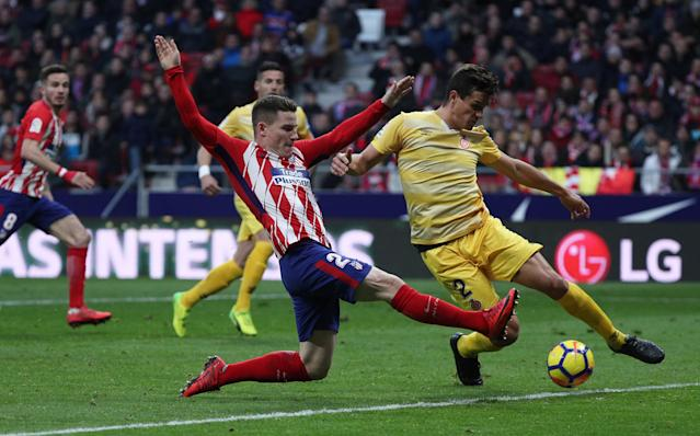 Soccer Football - La Liga Santander - Atletico Madrid vs Girona - Wanda Metropolitano, Madrid, Spain - January 20, 2018 Atletico Madrid's Kevin Gameiro in action with Girona's Bernardo Espinosa REUTERS/Sergio Perez